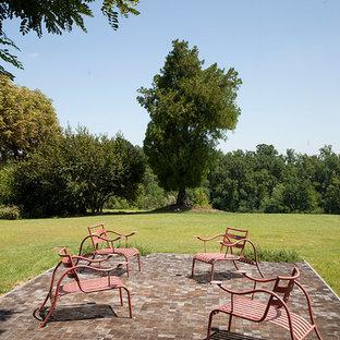 Ispirazione per un ampio patio o portico country dietro casa