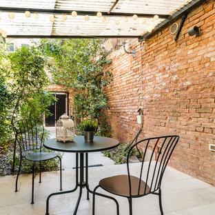Immagine di un patio o portico mediterraneo con una pergola