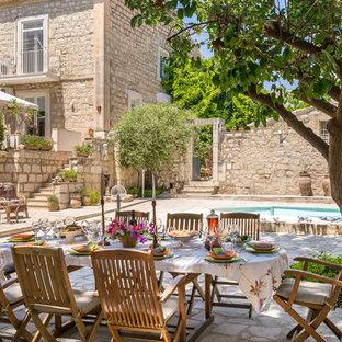 Foto di un patio o portico mediterraneo dietro casa con nessuna copertura