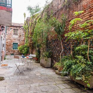 Esempio di un patio o portico mediterraneo davanti casa