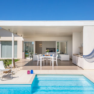 Immagine di un patio o portico al mare di medie dimensioni e dietro casa con una pergola