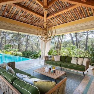 Cette photo montre une très grande terrasse méditerranéenne avec du carrelage et un gazebo ou pavillon.