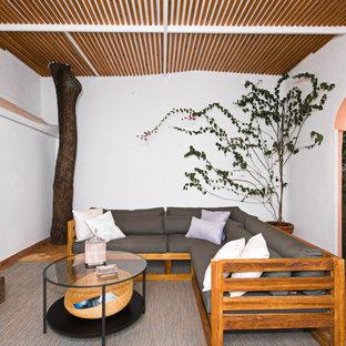 Idee per un patio o portico mediterraneo di medie dimensioni con un tetto a sbalzo