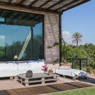 Idee per un patio o portico minimal di medie dimensioni e nel cortile laterale con pavimentazioni in pietra naturale e una pergola