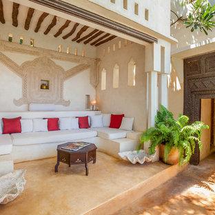 Foto di un patio o portico etnico con un giardino in vaso e un tetto a sbalzo