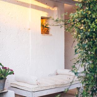 Idee per un patio o portico mediterraneo con un tetto a sbalzo