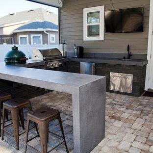 Diseño de patio moderno, de tamaño medio, en patio trasero, con cocina exterior y adoquines de ladrillo