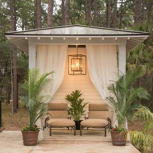 Foto de patio tradicional renovado, de tamaño medio, en patio trasero, con adoquines de piedra natural y cenador