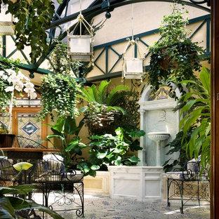 Idee per un patio o portico vittoriano di medie dimensioni con un giardino in vaso e piastrelle