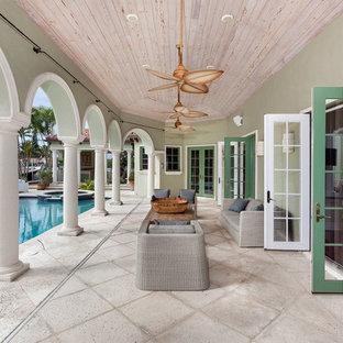 Ispirazione per un patio o portico mediterraneo dietro casa e di medie dimensioni con un tetto a sbalzo e cemento stampato