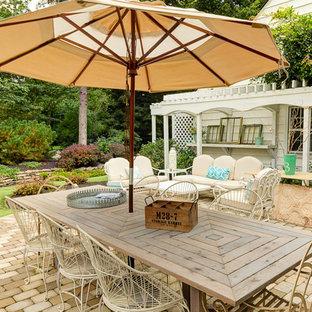 Esempio di un patio o portico shabby-chic style dietro casa