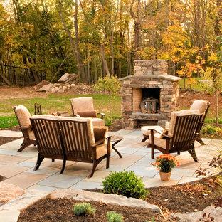 Inspiration pour une terrasse et balcon traditionnelle avec un foyer extérieur.