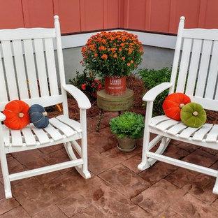 Idee per un piccolo patio o portico american style in cortile con un giardino in vaso, cemento stampato e nessuna copertura