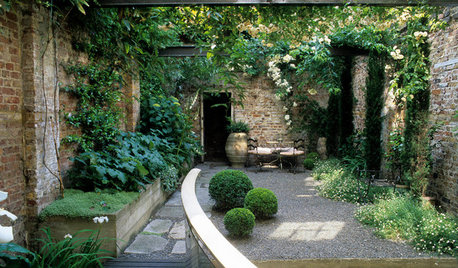 12 Romantic Courtyards and Walled Gardens