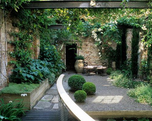 example of an urban courtyard gravel patio design in london - Courtyard Design Ideas