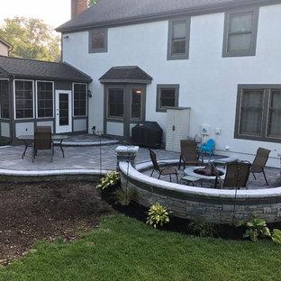 Foto di un ampio patio o portico bohémian dietro casa con un focolare e pavimentazioni in mattoni