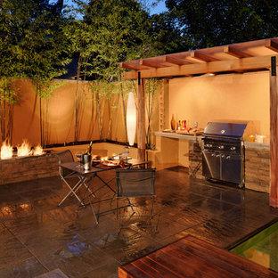 Exemple d'une terrasse méditerranéenne avec un foyer extérieur.