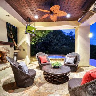 Diseño de patio tradicional renovado, grande, en patio trasero y anexo de casas, con fuente y adoquines de piedra natural