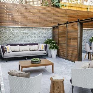 Esempio di un patio o portico nordico in cortile con un giardino in vaso e nessuna copertura