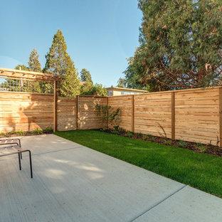 Esempio di un piccolo patio o portico country dietro casa con pavimentazioni in cemento e nessuna copertura