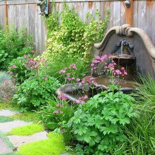 Ispirazione per un grande patio o portico stile shabby in cortile con fontane, pavimentazioni in cemento e nessuna copertura