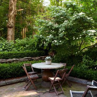 Immagine di un piccolo patio o portico marinaro dietro casa con pavimentazioni in mattoni e nessuna copertura