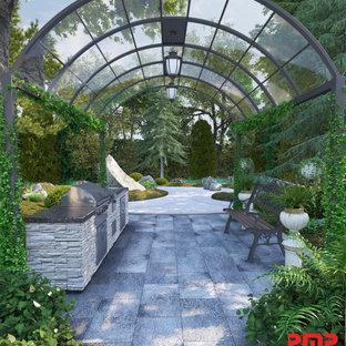 Idee per un patio o portico vittoriano di medie dimensioni e dietro casa con pavimentazioni in mattoni e un gazebo o capanno