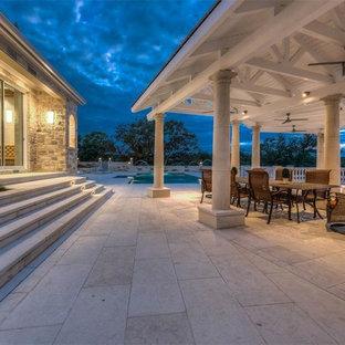 Idee per un ampio patio o portico vittoriano dietro casa con un focolare, pavimentazioni in cemento e un gazebo o capanno