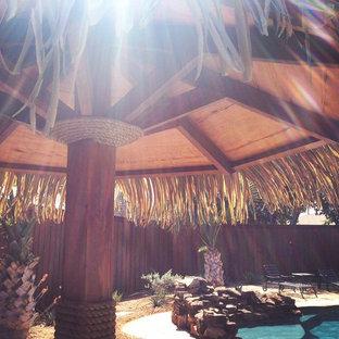 Immagine di un patio o portico stile rurale di medie dimensioni e dietro casa con ghiaia e un gazebo o capanno