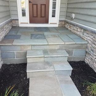 Idee per un piccolo patio o portico vittoriano davanti casa con pavimentazioni in pietra naturale