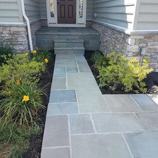 Immagine di un piccolo patio o portico vittoriano davanti casa con pavimentazioni in pietra naturale