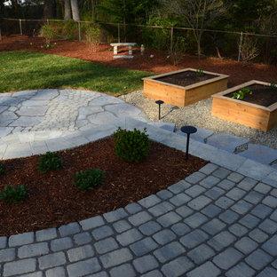 Immagine di un grande patio o portico boho chic dietro casa con pavimentazioni in cemento e nessuna copertura