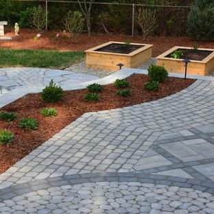 Foto di un grande patio o portico eclettico dietro casa con pavimentazioni in cemento e nessuna copertura