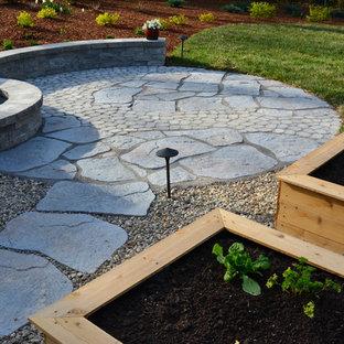 Ispirazione per un patio o portico eclettico di medie dimensioni e dietro casa con pavimentazioni in cemento e nessuna copertura