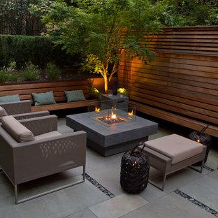Inspiration pour une terrasse et balcon design avec un foyer extérieur.