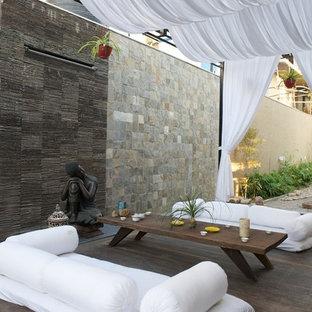Ispirazione per un patio o portico tropicale con pedane