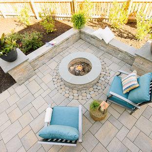 Esempio di un patio o portico tradizionale di medie dimensioni e dietro casa con un focolare, pavimentazioni in cemento e una pergola