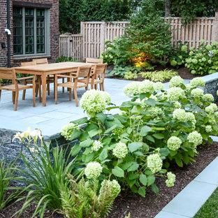 Foto di un patio o portico di medie dimensioni e dietro casa con pavimentazioni in pietra naturale