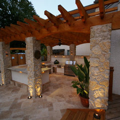 tropical patio by Environmental Landscape Associates