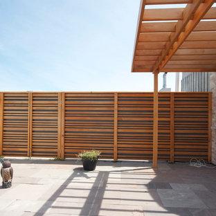 Immagine di un patio o portico design con una pergola