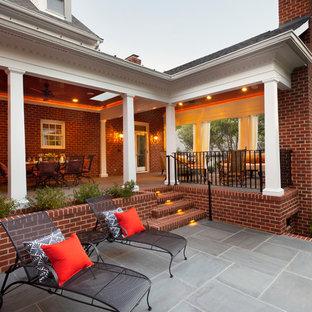 Imagen de patio clásico con brasero