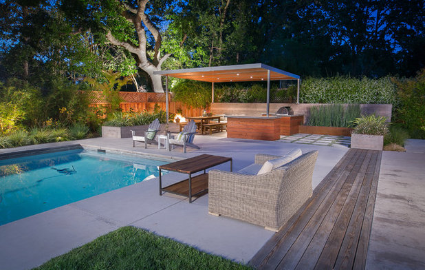 Contemporary Courtyard by Envision Landscape Studio