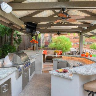 Foto de patio tradicional renovado, grande, en patio trasero, con cocina exterior y cenador