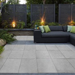 Ejemplo de patio moderno, sin cubierta, con losas de hormigón