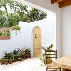 Tropical Patio by HB Construction, LLC