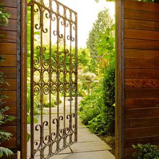 Cette image montre une terrasse design avec aucune couverture.