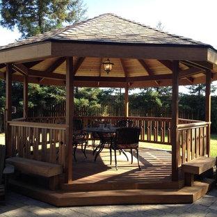 Foto di un patio o portico american style di medie dimensioni e dietro casa con pedane e un gazebo o capanno