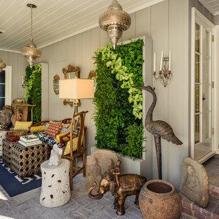Ispirazione per un patio o portico boho chic con pavimentazioni in mattoni e un tetto a sbalzo