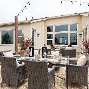 Immagine di un grande patio o portico tropicale dietro casa con ghiaia e nessuna copertura