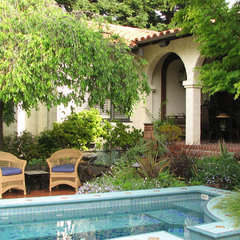 mediterranean patio by John Montgomery Landscape Architects